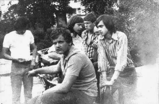 """Zdjęcie z naszego podwórka przy trzepaku ten co siedzi na motocyklu to nieżyjący już Darek Kowalski """"Gruby"""". Ten w koszulce w kwiatki to Darek Juszko jeździł na M-72. Ten chłopak w białej  koszulce to Wojtek Malanowski """"Czajnik"""" - jeździł na motocyklu CALTHPRPE-500 z 1936 roku i o tych ludziach i ich motorach będę pisał na dalszych stronach, a zdjęcia pochodzą z 1975 roku i ich jakość mówi sama za siebie."""