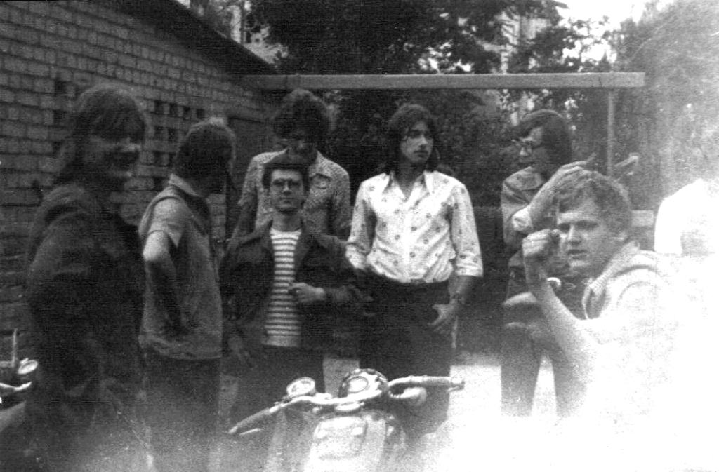 """Zdjęcia z naszego podwórka przy trzepaku ten co siedzi na motocyklu to nieżyjący już Darek Kowalski """"Gruby"""". Ten w koszulce w kwiatki to Darek Juszko jeździł na M-72. Ten chłopak w białej  koszulce to Wojtek Malanowski """"Czajnik"""" - jeździł na motocyklu CALTHPRPE-500 z 1936 roku i o tych ludziach i ich motorach będę pisał na dalszych stronach, a zdjęcia pochodzą z 1975 roku i ich jakość mówi sama za siebie."""