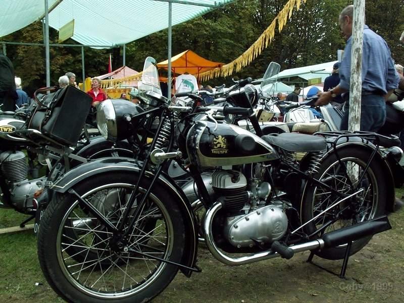 TRIUMPH-350 z 1936 roku. Taki motocykl miałem 11 lat wcześniej i na takim motocyklu przyjechali chłopaki, którym pomagałem w uruchomieniu ich motocykla. To zdjęcie też znalazłem w Internecie.