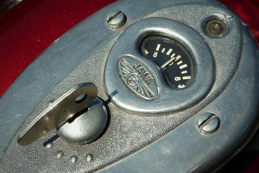 W motocyklach JAWA-500 i JAWA-350 na zbiorniku paliwa zamontowana była stacyjka razem z  amperomierzem.